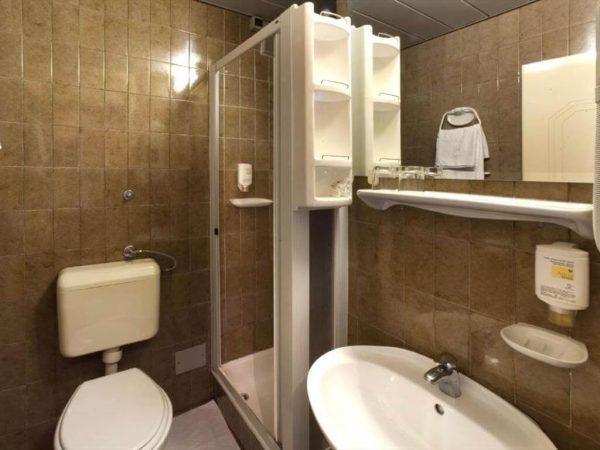 Room 1 21 Economy Park wood side 36788621 6788622