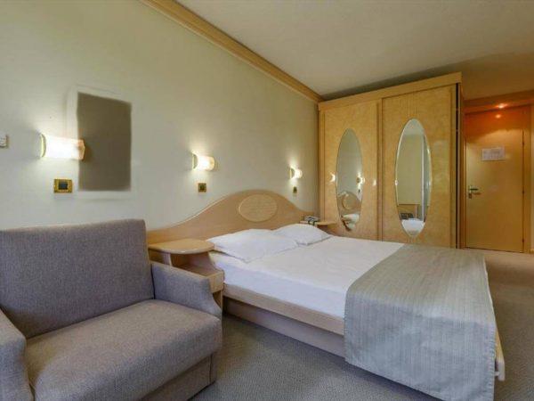 Room 1 21 Economy Park wood side 79076743 9076744
